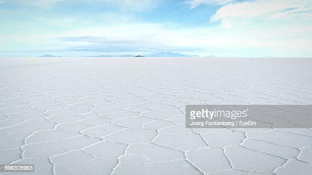 scenic view of salar de uyuni against sky - bolivia stockfoto's en -beelden