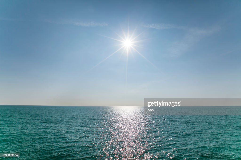 Scenic View Of Sea Against Clear Blue Sky and Sunlight : Stock-Foto