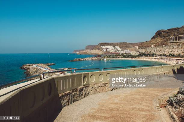 scenic view of sea against clear blue sky - bortes photos et images de collection
