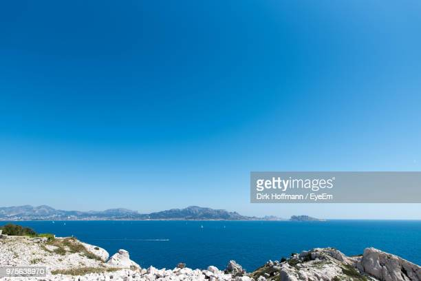 scenic view of sea against clear blue sky - bleu photos et images de collection