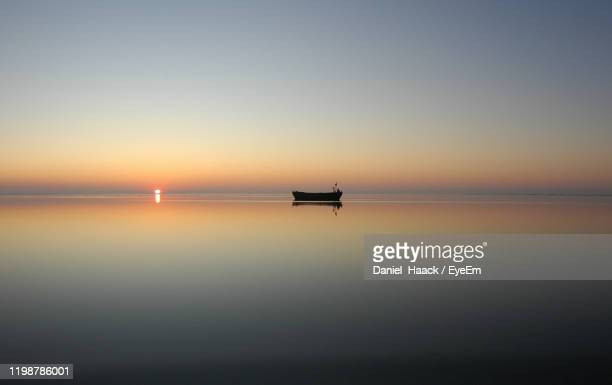 scenic view of sea against clear sky during sunset - haack imagens e fotografias de stock