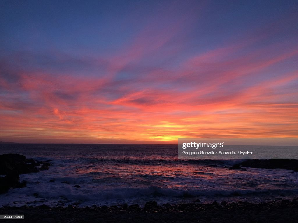 Scenic View Of Sea Against Cloudy Sky During Sunset : Stock-Foto