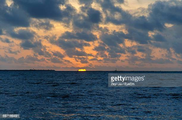 scenic view of sea against cloudy sky during sunset - liu he stock pictures, royalty-free photos & images