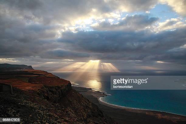 scenic view of sea against cloudy sky - bortes stockfoto's en -beelden