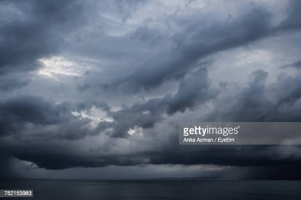 scenic view of sea against cloudy sky - sturmbewölkung stock-fotos und bilder