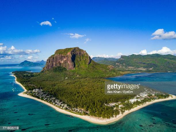 scenic view of sea against cloudy sky - insel mauritius stock-fotos und bilder