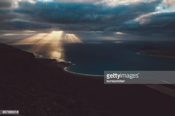 scenic view of sea against cloudy sky - bortes photos et images de collection