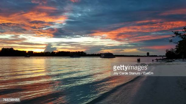 scenic view of sea against dramatic sky during sunset - siesta key - fotografias e filmes do acervo