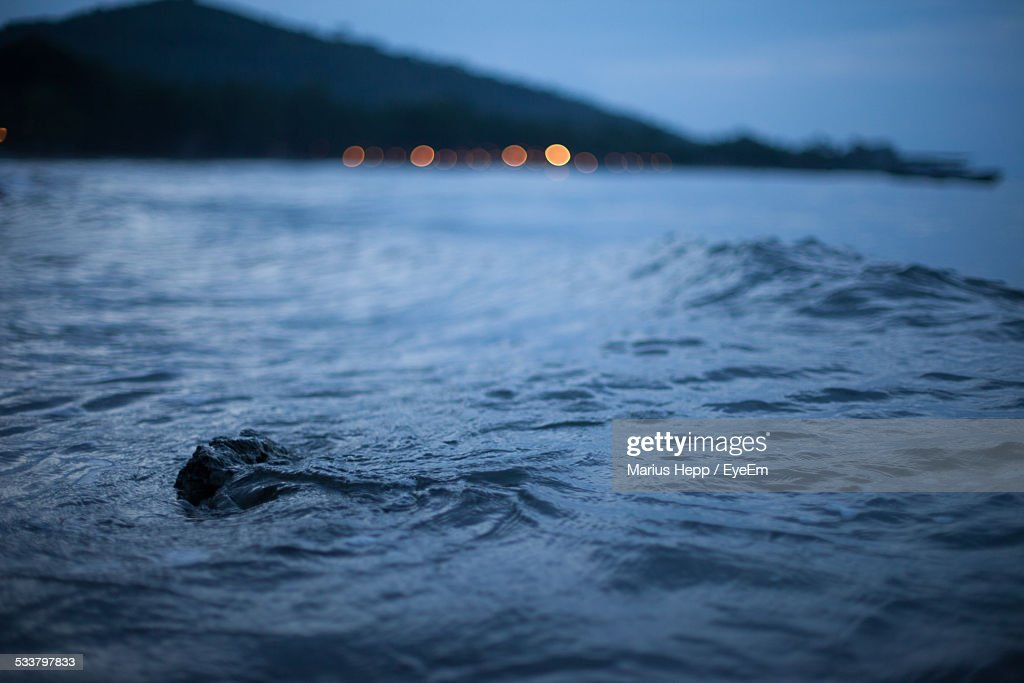 Scenic View Of Sea Against Mountain At Dusk : Foto stock