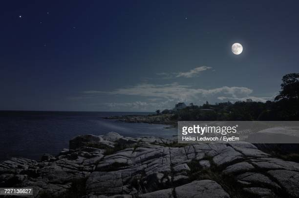 scenic view of sea against sky at night - pleine lune photos et images de collection