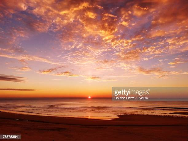 scenic view of sea against sky at sunset - sonnenuntergang stock-fotos und bilder