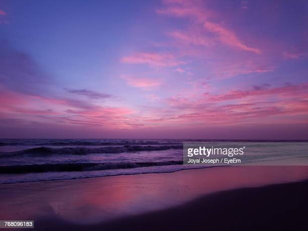scenic view of sea against sky at sunset - 紫 ストックフォトと画像