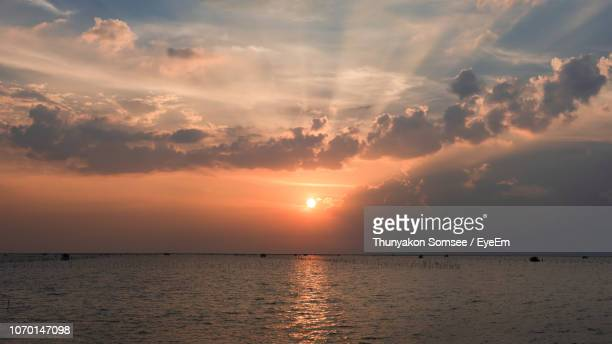 scenic view of sea against sky during sunset - thai mueang photos et images de collection