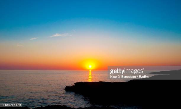 scenic view of sea against sky during sunset - benedetto photos et images de collection