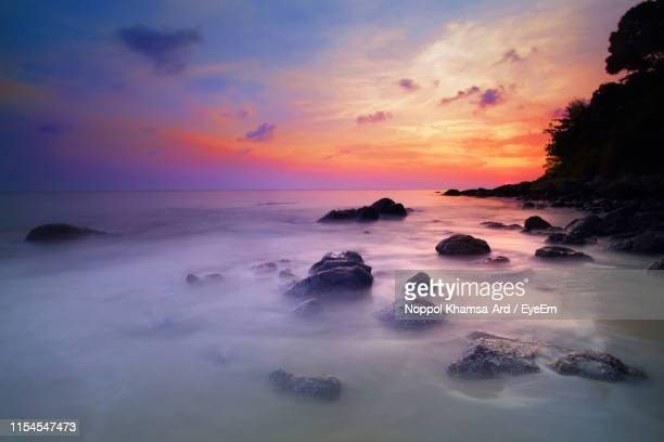 scenic view of sea against sky during sunset - ard blue hour stock-fotos und bilder