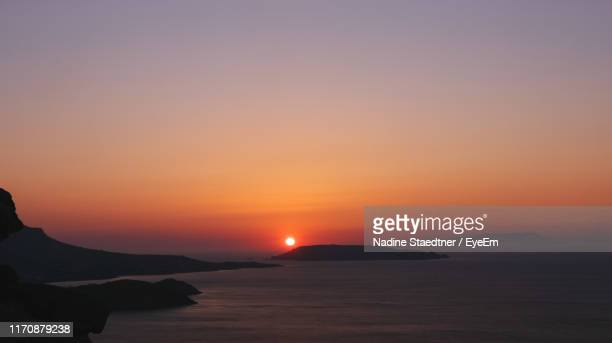 scenic view of sea against sky during sunset - ver a hora stockfoto's en -beelden