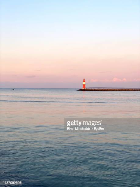 scenic view of sea against sky during sunset - uferviertel stock-fotos und bilder
