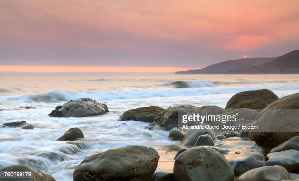 scenic view of sea against sky during sunset - pebble beach california stockfoto's en -beelden