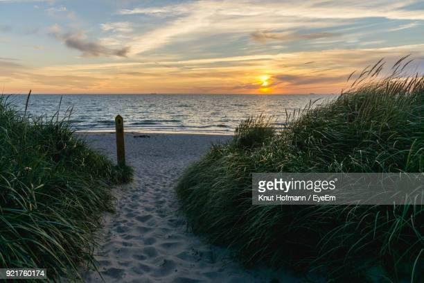 scenic view of sea against sky during sunset - fischland darss zingst photos et images de collection