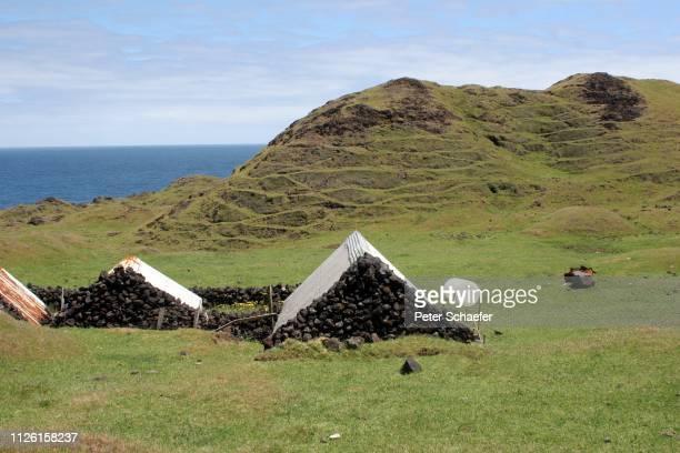 scenic view of sea against sky - isla tristán de acuña fotografías e imágenes de stock