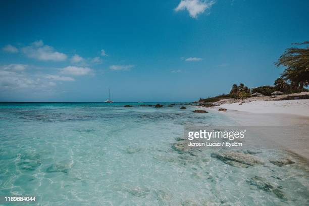 scenic view of sea against sky - oranjestad stockfoto's en -beelden