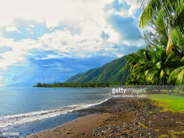 scenic view of sea against sky - tahiti stock pictures, royalty-free photos & images