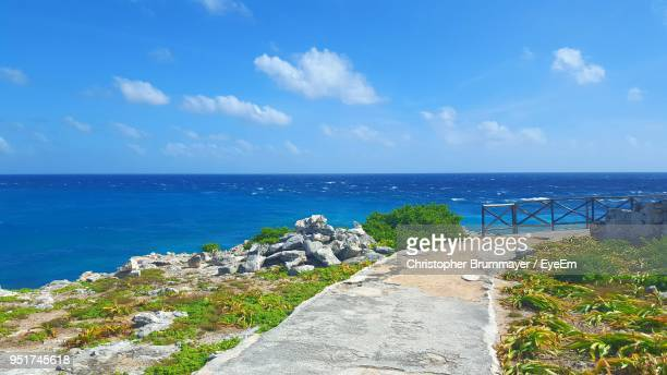 scenic view of sea against sky - mujeres fotos stock-fotos und bilder