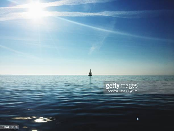scenic view of sea against sky - horizon stockfoto's en -beelden