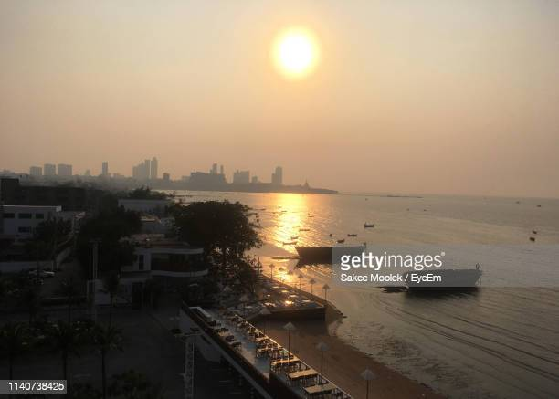 scenic view of sea and buildings against sky during sunset - thai mueang photos et images de collection