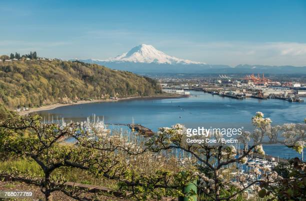 scenic view of sea and mountains against blue sky - bundesstaat washington stock-fotos und bilder