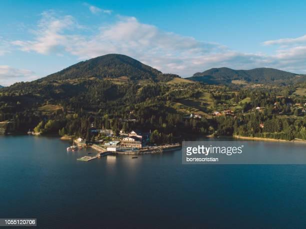 scenic view of sea and mountains against sky - bortes fotografías e imágenes de stock