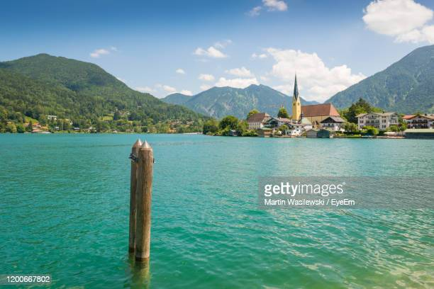 scenic view of sea and mountains against sky - tegernsee photos et images de collection