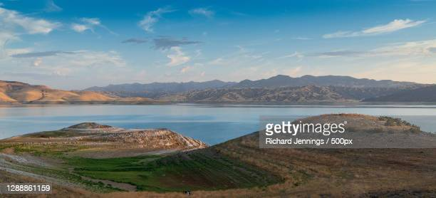 scenic view of sea and mountains against sky,san luis reservoir,california,united states,usa - マーセド郡 ストックフォトと画像