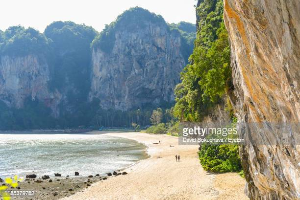 scenic view of sea and mountains - railay strand stock-fotos und bilder