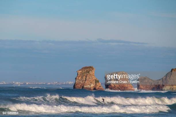 scenic view of sea and rock formations against sky - ピレネーアトランティーク ストックフォトと画像