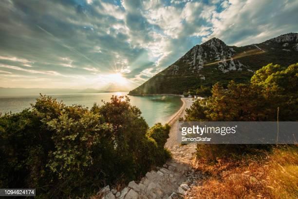 schilderachtig uitzicht op de zon, peljesac instellen - onscherpe achtergrond stockfoto's en -beelden