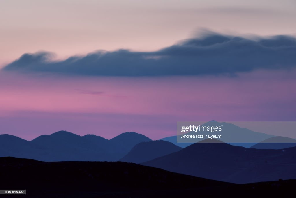 Scenic View Of Silhouette Mountains Against Romantic Sky : Foto stock