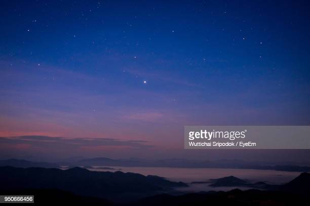 scenic view of silhouette mountains against sky at night - avondschemering stockfoto's en -beelden