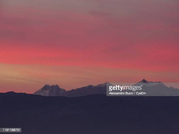 scenic view of silhouette mountains against sky during sunset - gran sasso d'italia foto e immagini stock