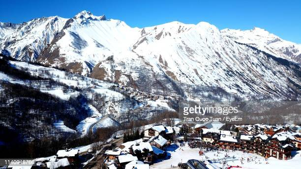 scenic view of snow covered mountains against sky - trois vallees stock pictures, royalty-free photos & images