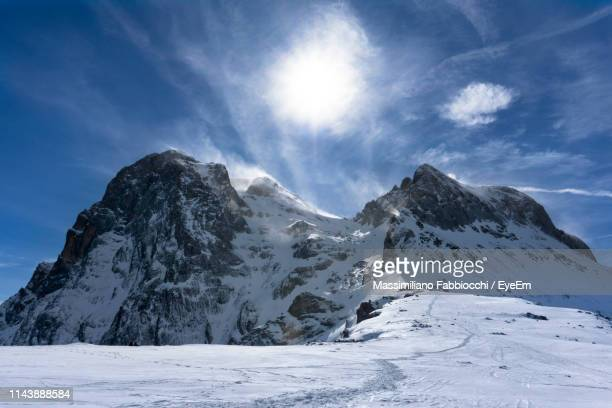 scenic view of snow covered mountains against sky - アブルッツォ州 ストックフォトと画像