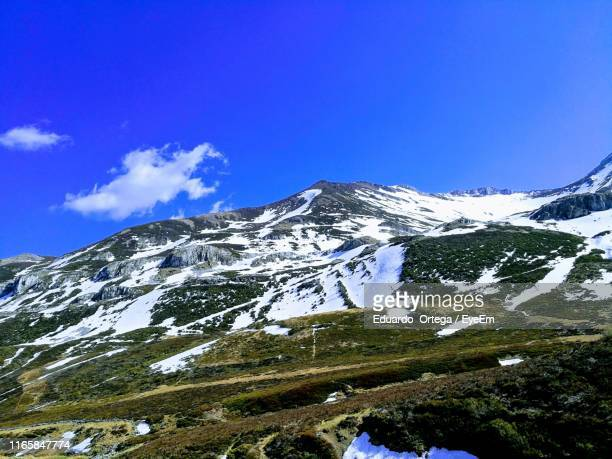 scenic view of snowcapped mountains against blue sky - レオン県 ストックフォトと画像