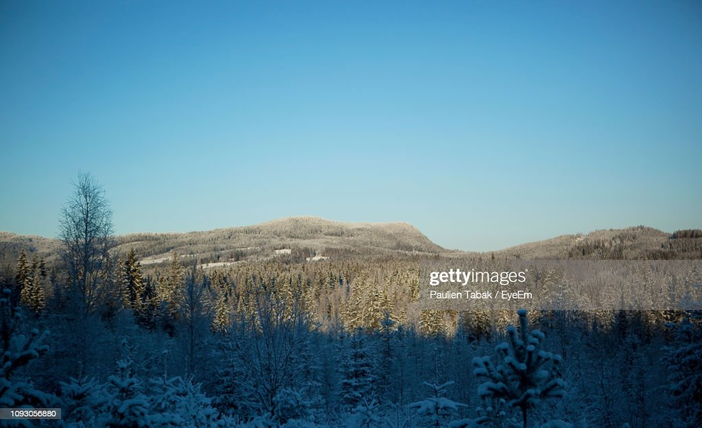 Scenic View Of Snowcapped Mountains Against Clear Blue Sky : Stockfoto