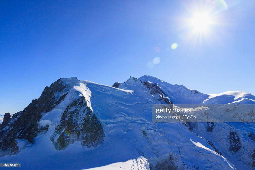 Scenic View Of Snowcapped Mountains Against Clear Blue Sky : Foto de stock