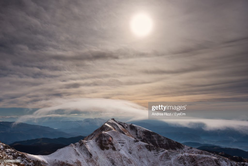 Scenic View Of Snowcapped Mountains Against Sky During Sunset : Foto de stock