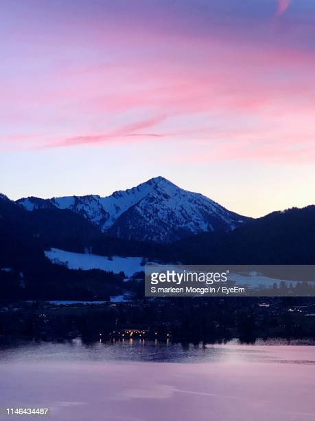 scenic view of snowcapped mountains against sky during sunset - tegernsee photos et images de collection