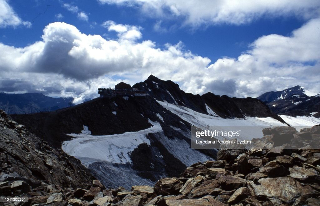 Scenic View Of Snowcapped Mountains Against Sky : Foto stock