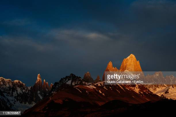 scenic view of snowcapped mountains against sky - cerro torre photos et images de collection