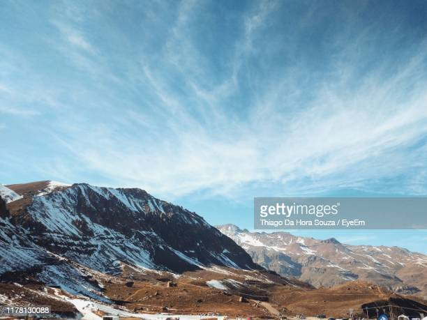 scenic view of snowcapped mountains against sky - ver a hora stockfoto's en -beelden