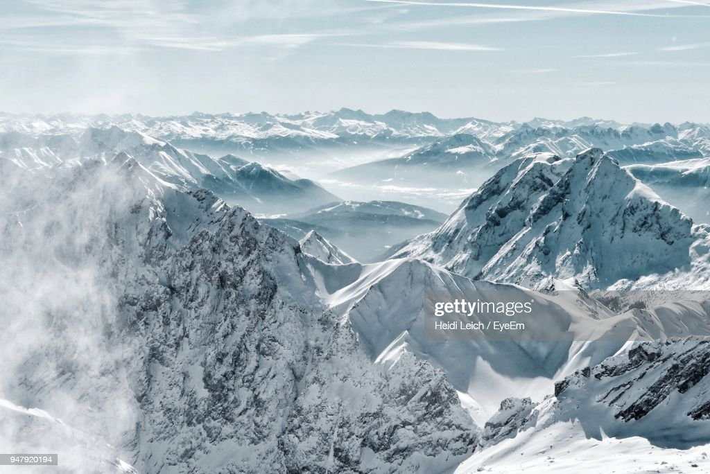 Scenic View Of Snowcapped Mountains Against Sky : Stockfoto